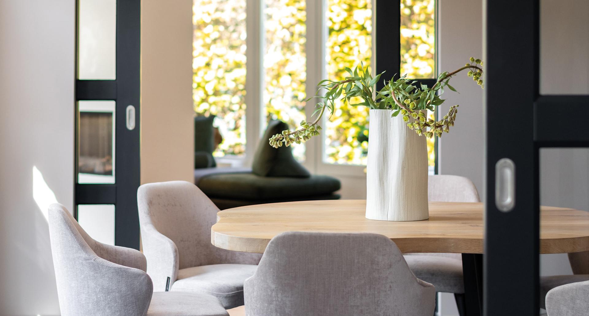 interieurarchitect_mira_ontwerp_interieur_ eettafel_leestafel_aangenaamxl_vianen_eikenhout_meubelsopmaat_maatwerkmeubels_doorkijk
