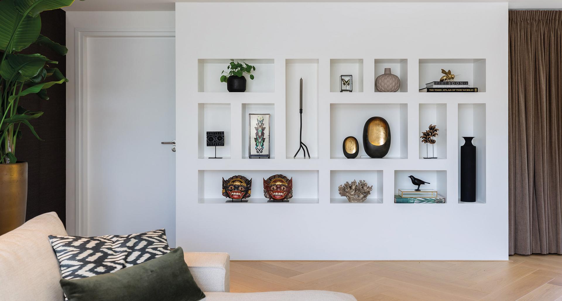 interieurarchitect_mira_ontwerp_interieur_huiskamer_ vakkenkast_wandkast_accessoires_vianen_bank_meubelsopmaat_maatwerkmeubels